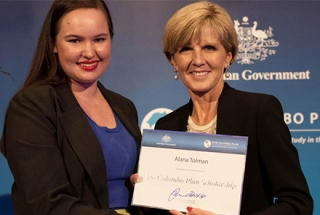 Alana Tolman with Foreign Affairs Minister Julie Bishop. Image courtesy of DFAT